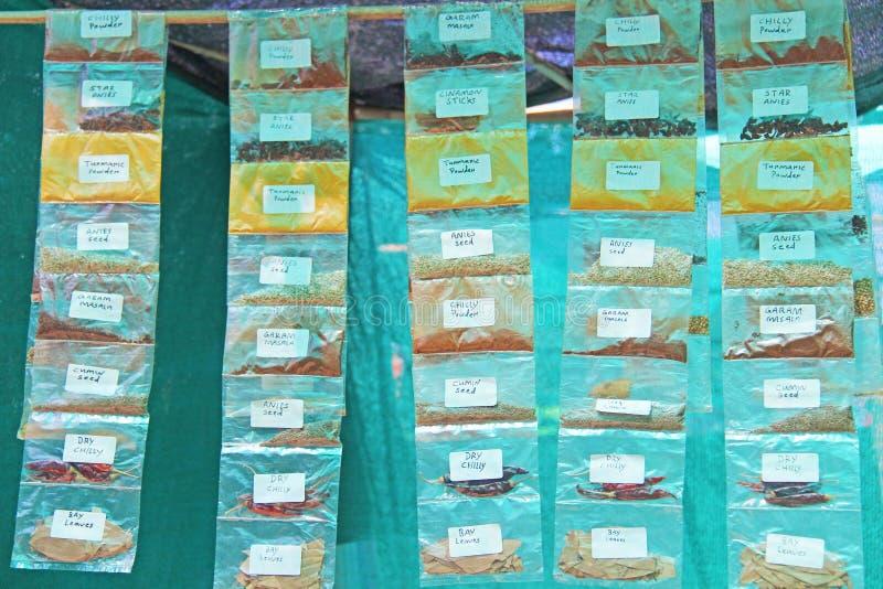 Наборы специй в прозрачных сумках на рынке в Индии Специи Индия стоковое фото