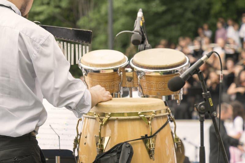 Набор барабанчика барабанщика outdoors Барабанщик играя в парке стоковые фото