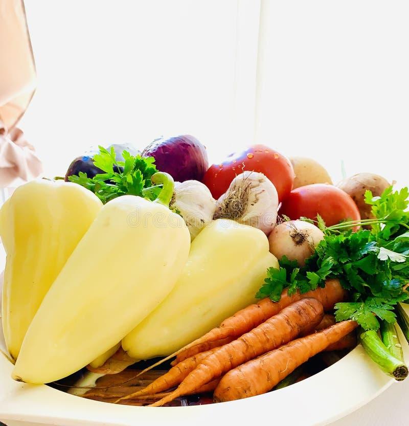 Набор естественных овощей на диске Перец, моркови, картошки, зеленые цвета, баклажан, лук, чеснок o стоковое фото