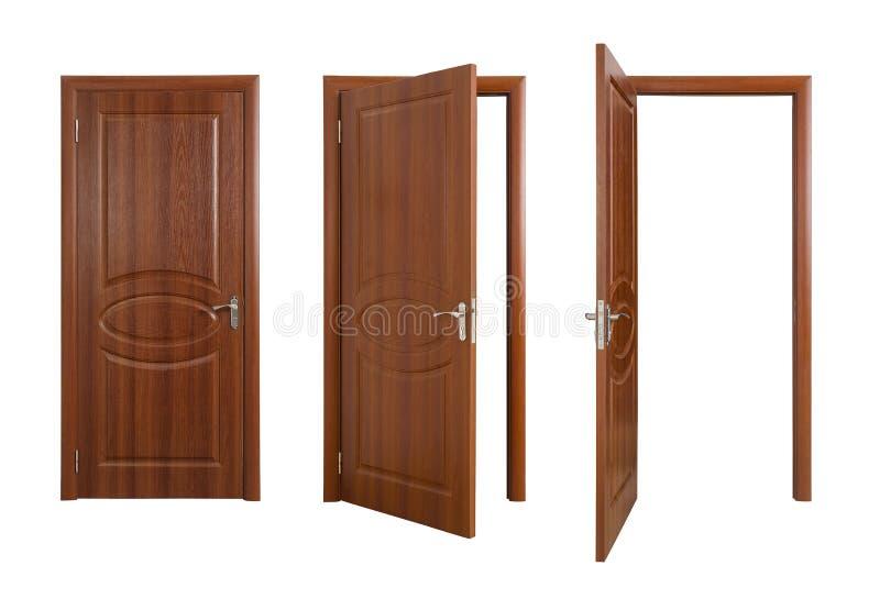 Набор закрытых и раскрытых коричневых дверей на белизне стоковые фотографии rf