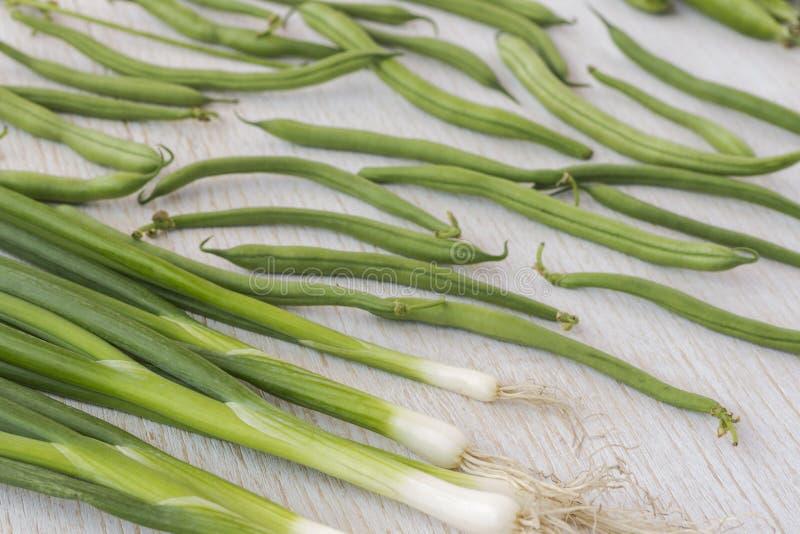 Набор зеленых овощей: луки, горохи, спаржа, взгляд сверху стоковое изображение