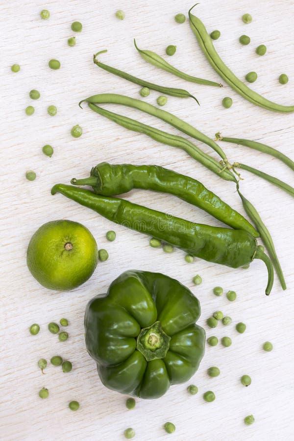 Набор зеленых овощей: спаржа, перец, горохи на белой предпосылке r стоковое фото
