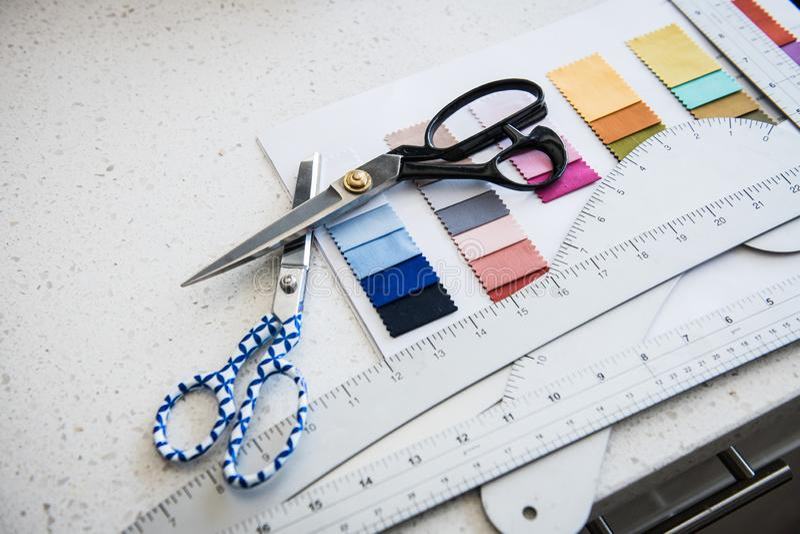 Набор инструментов Тейлора с ножницами, образцами цвета стоковое фото rf