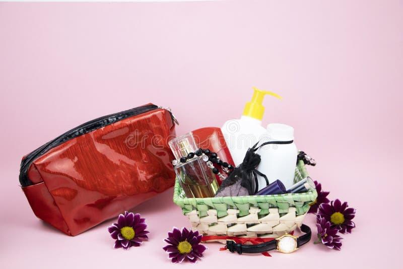 Набор косметик как подарок к женщине Подарок на 8-ое марта, день любовников или дня рождения стоковые изображения