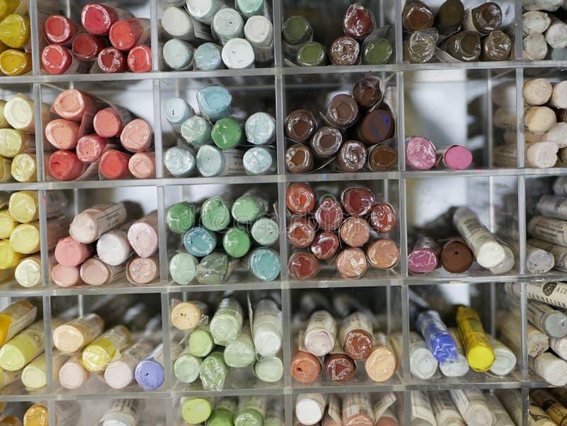 Набор красочных пастелей в пластиковом ящике объекты для рисования креативность товары для художников распределение по цветным то стоковая фотография rf