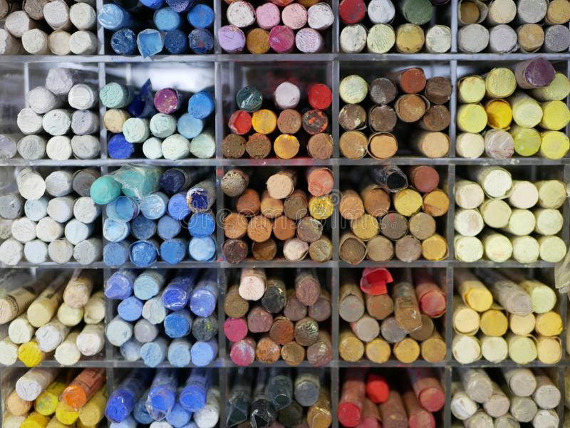Набор красочных пастелей в пластиковом ящике объекты для рисования креативность товары для художников распределение по цветным то стоковые фотографии rf