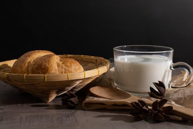 Набор круассана и чашки молока на деревянном столе стоковые изображения rf