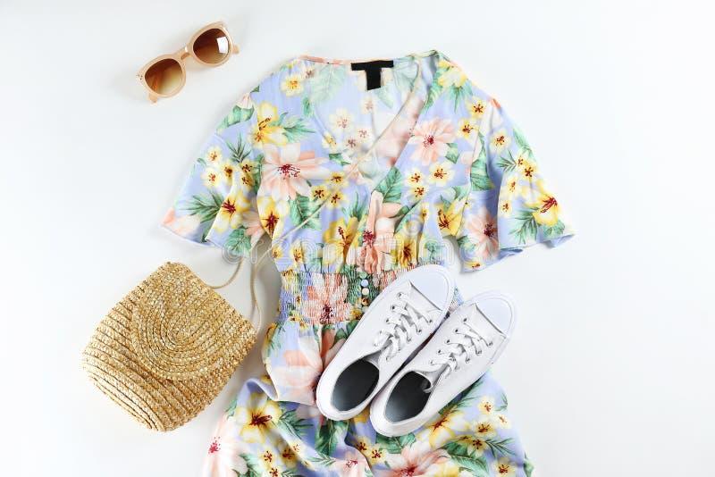 Набор модной одежды лежа на белой предпосылке стоковые изображения