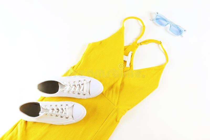 Набор модной одежды лежа на белой предпосылке стоковые изображения rf