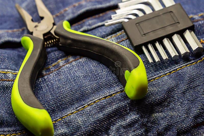 Набор набора l плоскогубцев ручных резцов сформировал ремонт конца-вверх на части джинсов фокуса стиля grunge на острозубцах стоковое фото rf