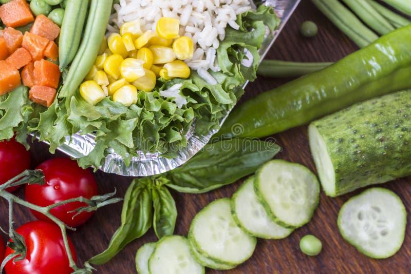 Набор овощей с рисом для здорового питания: мозоль, горохи, спаржа, моркови, брокколи, салат стоковое фото