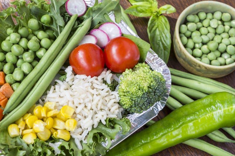 Набор овощей с рисом для здорового питания: мозоль, горохи, спаржа, моркови, брокколи, салат стоковые фото