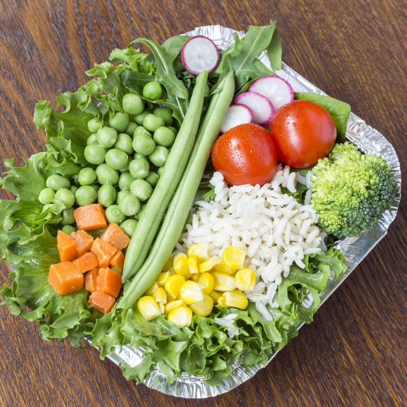 Набор овощей с рисом для здорового питания: мозоль, горохи, спаржа, моркови, брокколи, салат стоковая фотография