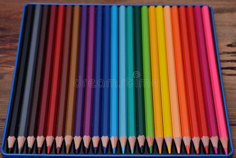 Набор покрашенных карандашей на деревянной предпосылке стоковая фотография