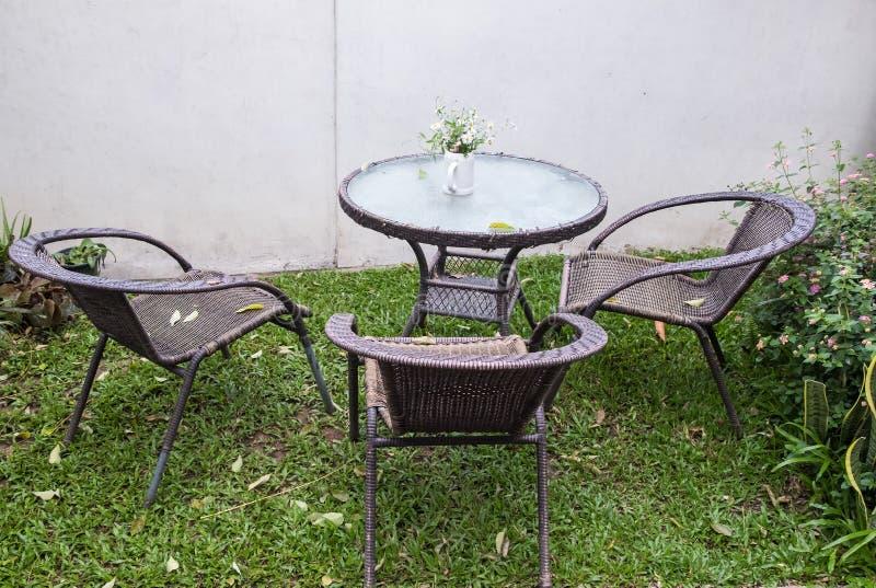 Набор ротангового кресла и таблицы стоковая фотография rf