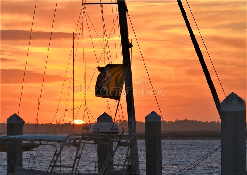 Набор солнца почти закончен и выходит за живым красным небом стоковое фото rf