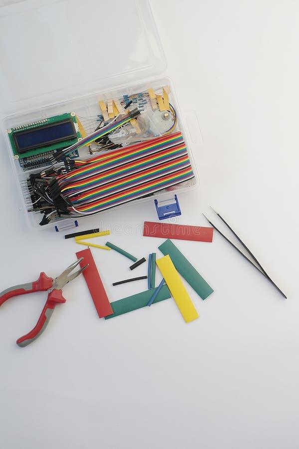 Набор хобби электроники DIY раскрыл heatshrink кладя вокруг на серую предпосылку Комплект набора инженера DIY электронный стоковые фотографии rf