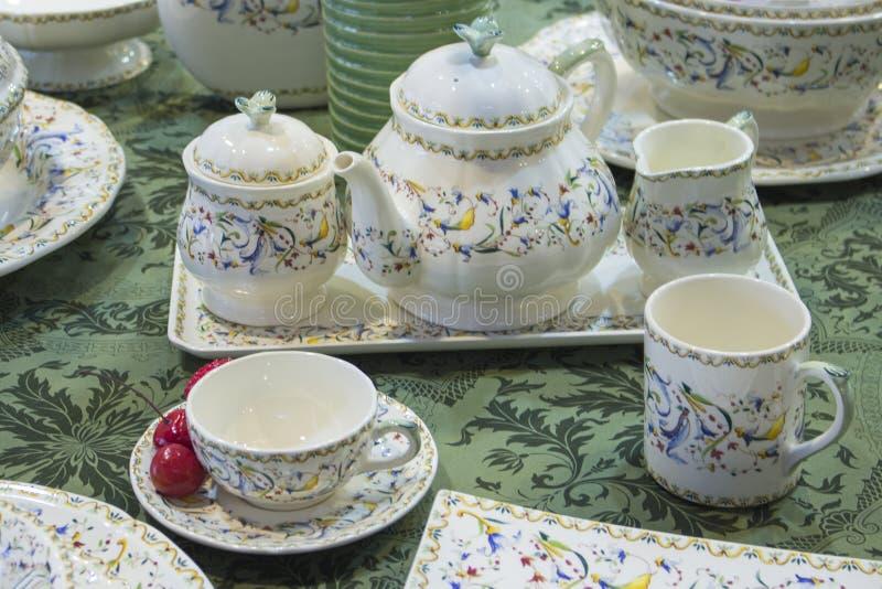 Набор чая, набор чая сервировки стола белый, кувшин молока чайника шара сахара стекла чашки Белый набор чая с чувствительной карт стоковое фото rf