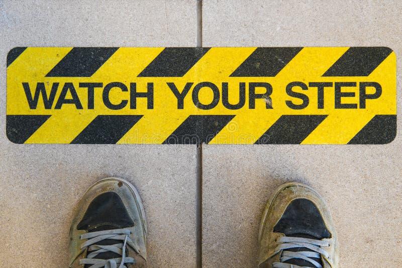 Наблюдайте ваш предупредительный знак конструкции шага стоковая фотография