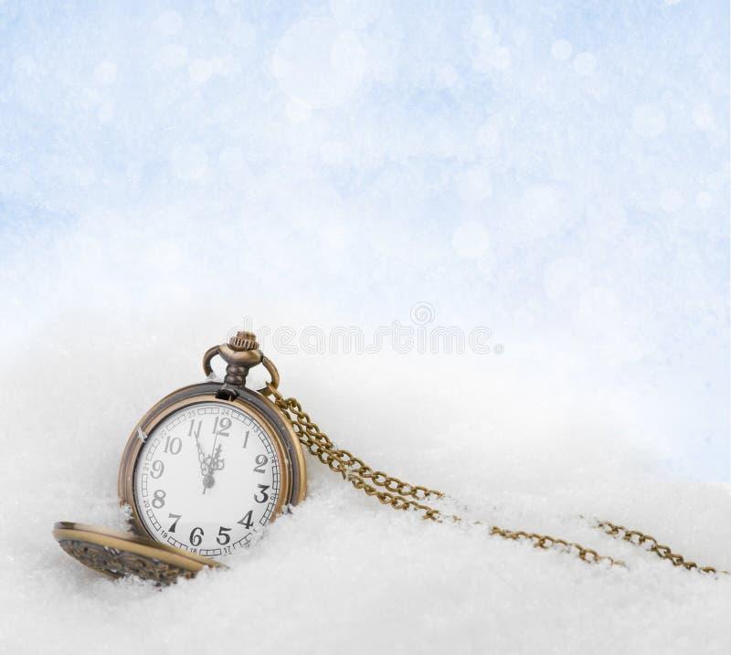Наблюдайте лежать в снежке перед Новым Годом стоковое фото rf
