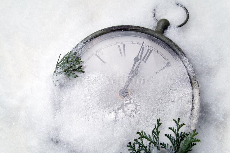 Наблюдайте лежать в снежке перед Новым Годом стоковое изображение rf