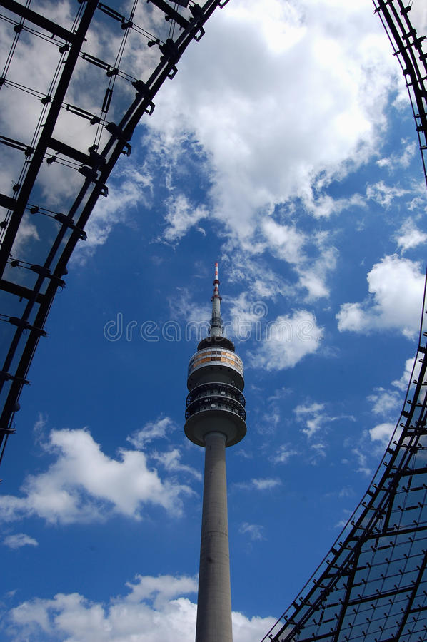 Наблюдательная вышка в Munic в небе стоковое изображение rf