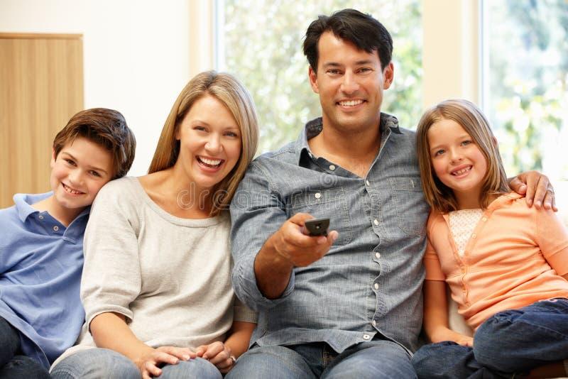 наблюдать телевидения семьи стоковые изображения