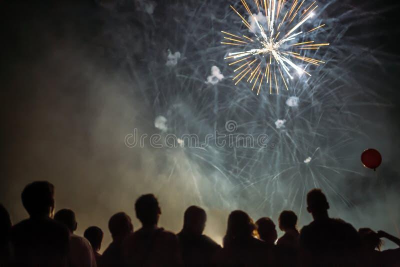 Download наблюдать феиэрверков толпы Стоковое Фото - изображение: 98305552