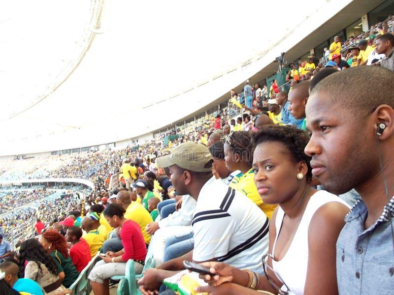 Наблюдая футбол на стадионе стоковая фотография