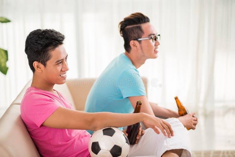 Наблюдая футбольный матч стоковое изображение rf