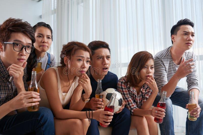Наблюдая футбольный матч стоковое фото rf