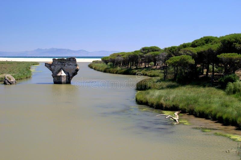 наведите ведущее старое море Испанию реки солнечную к стоковое фото