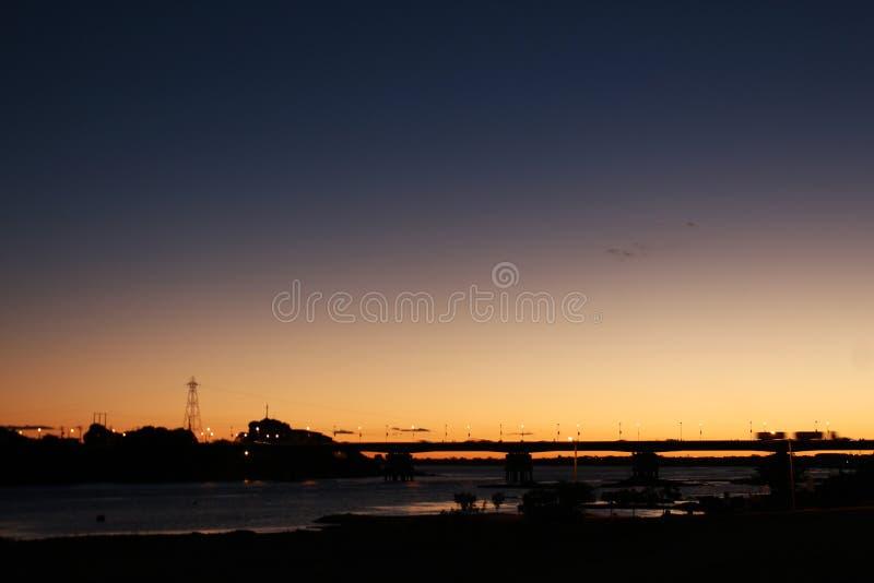 Наведите между городами Petrolina и Juazeiro da Бахей на сумраке стоковое фото rf