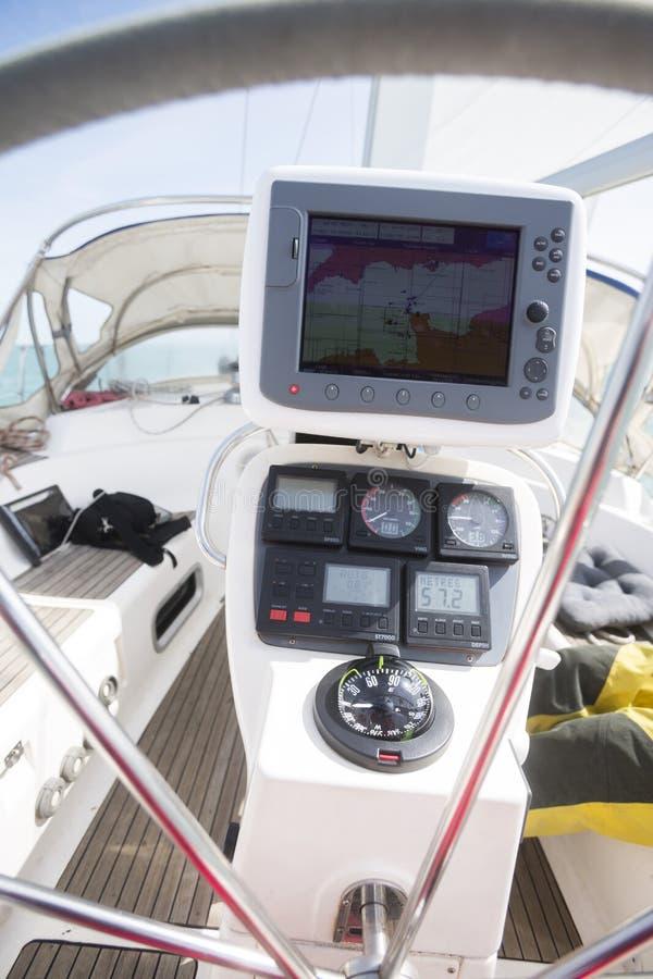 Навигатор GPS на кормиле яхты стоковое изображение rf