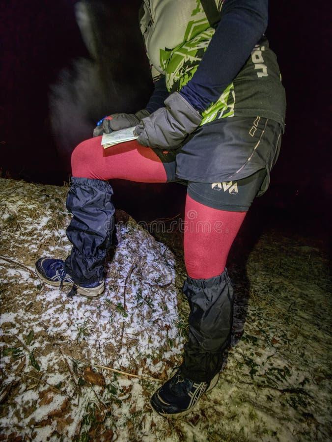 Навигация и карта управлением гонщика велосипеда ночи зимы весьма стоковое изображение