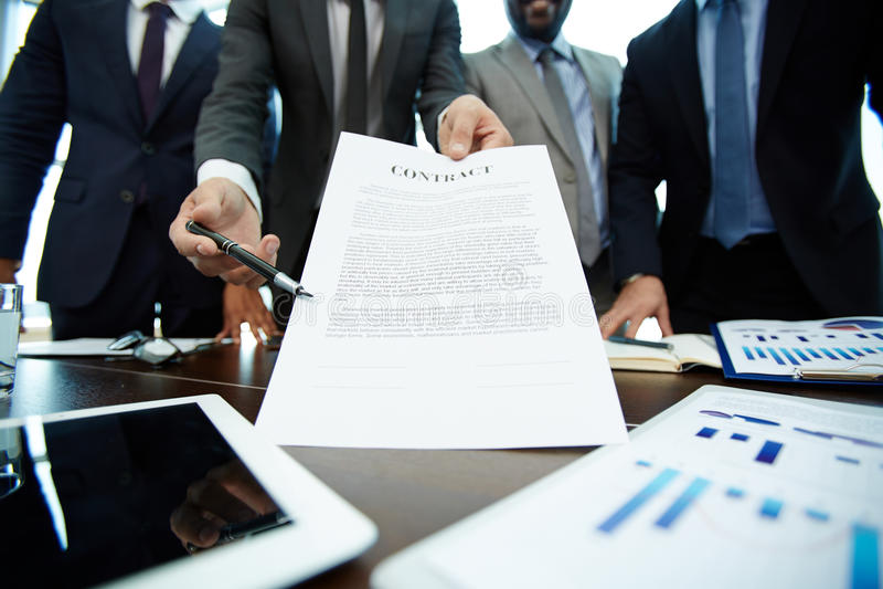 Наводить деловой партнера подписать контракт стоковые фотографии rf