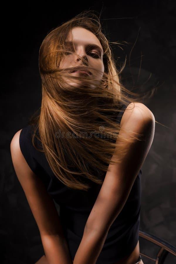Нагая чувственная девушка покрывая ее грудь жилетом стоковое изображение