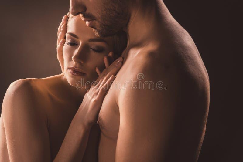 нагие нежные пары обнимая с закрытыми глазами, стоковая фотография rf