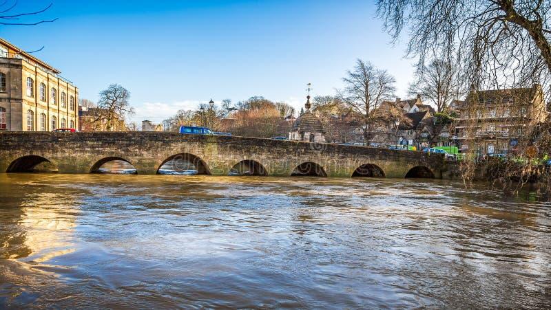 Нагнетаемые в пласт воды Эвона реки под Брэдфордом на мосте Эвона в Уилтшире, Великобритании стоковое фото rf