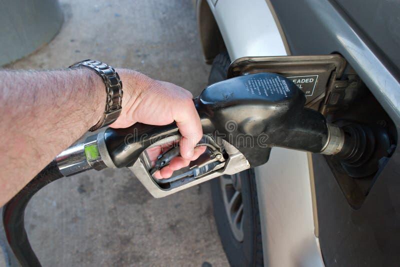 нагнетать руки газа топлива стоковая фотография