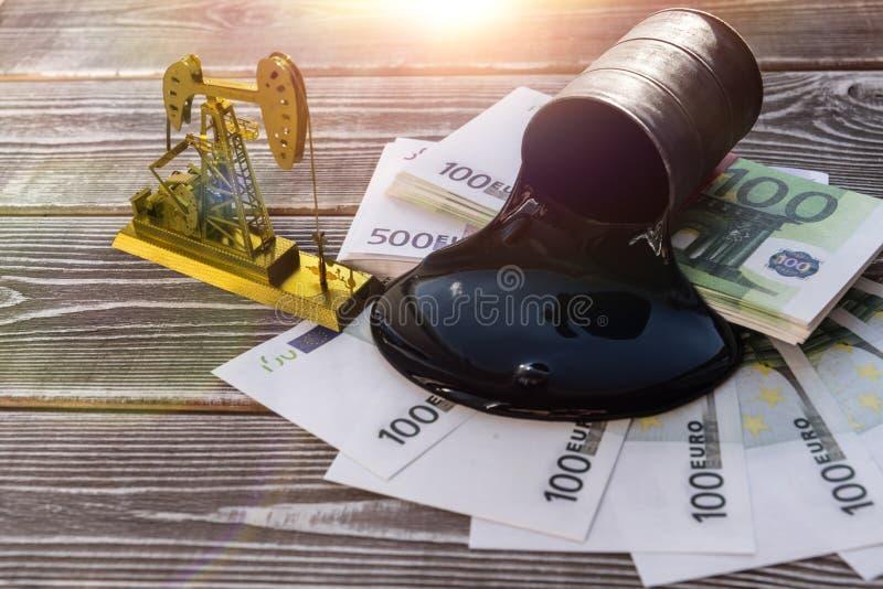 Нагнетая масло, баррель нефти, счеты евро на предпосылке деревянного стола стоковое изображение rf