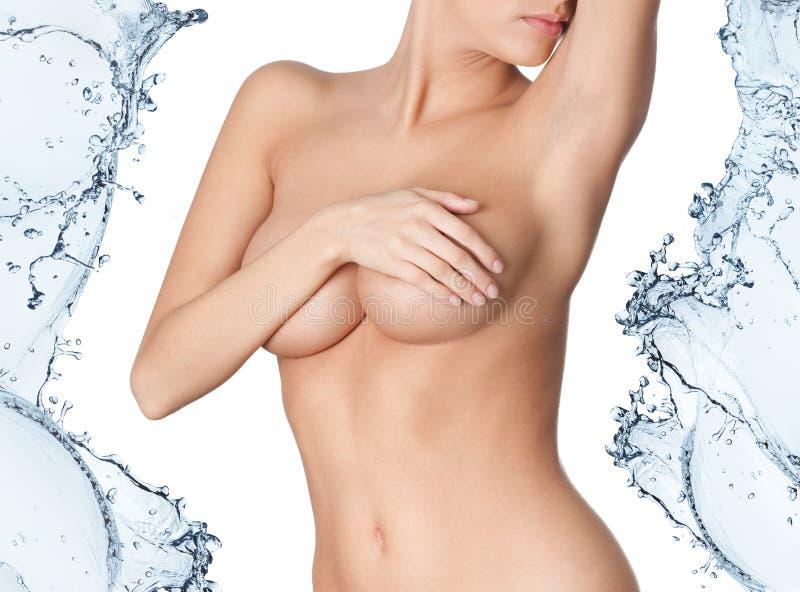 Нагое тело в выплеске воды стоковые изображения rf