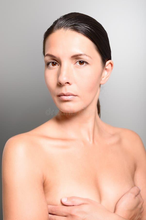 Download Нагой конец женщины вверх по груди заволакивания с руками Стоковое Изображение - изображение насчитывающей естественно, портрет: 41659091