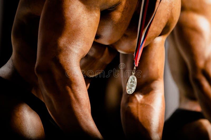 Награждать победителя золотой медали на человеке стоковое фото