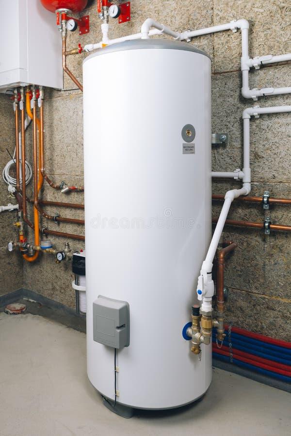 Нагреватель воды в современной котельной стоковое изображение rf