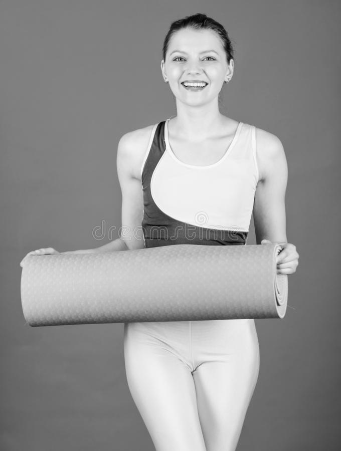 Нагревать перед тренировкой Sporty женщина нагревая в спортзале Счастливая женщина нагревая с циновкой фитнеса r стоковые изображения