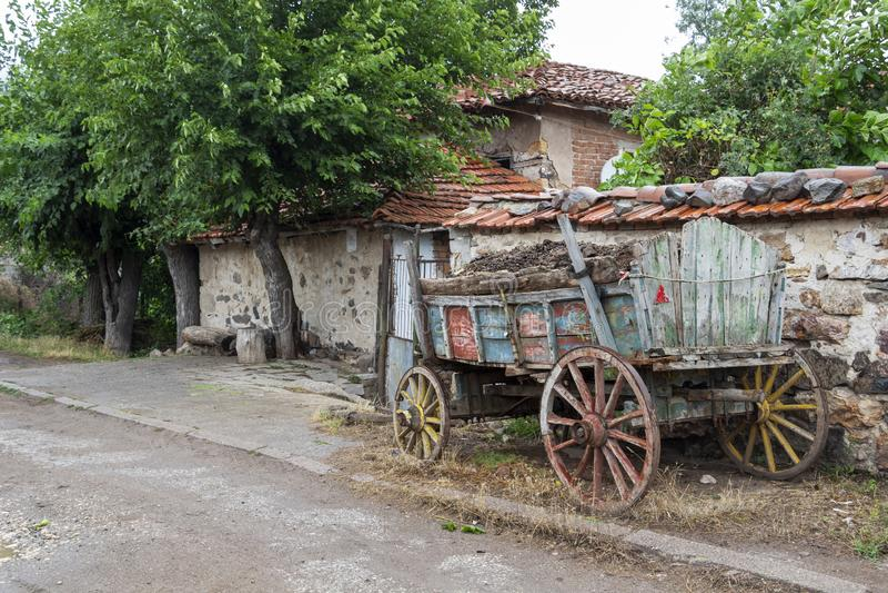 Нагруженное с компостом покрасило старую тележку в деревне гор Rhodope Bukovo, Болгарии стоковое фото rf