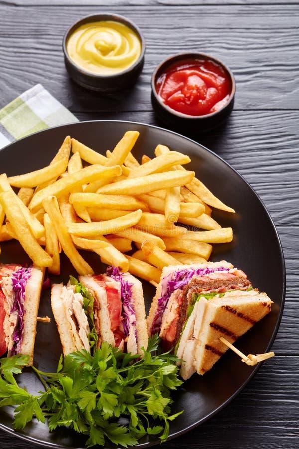 Нагруженные сандвичи клуба индюка с свежим салатом стоковые изображения