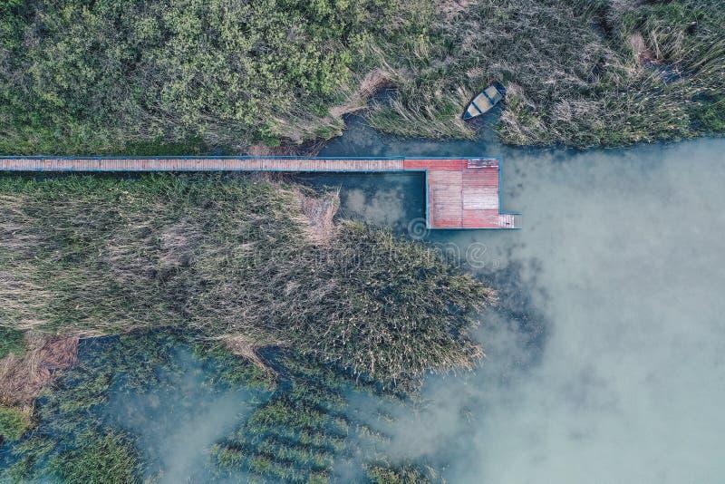 Надземная воздушная съемка небольшого удя пятна около озера стоковые изображения rf