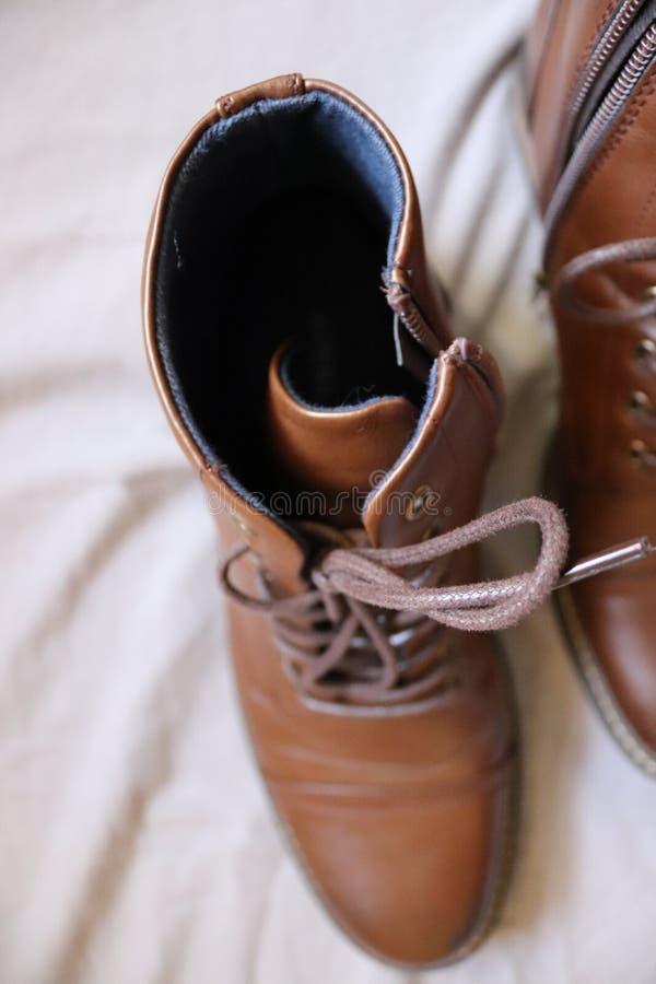 Надземная съемка пары коричневых кожаных ботинок стоковые фото